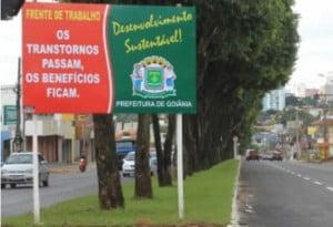 Placa da prefeitura de Goiânia: poluição visual