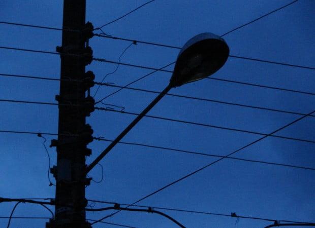 08/05 - Assessor da Prefeitura responde sobre lâmpadas de postes queimadas no bairro Amir Amaral